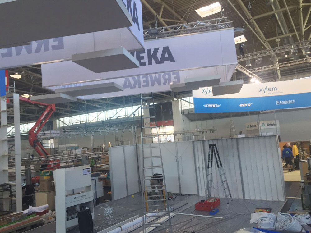 Exhibition Stand Builders In Munich : Setting up the exhibition stand analytica munich
